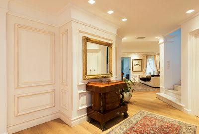Bild Luxus-Dieleneinrichtung im klassisch, eleganten Wohnstil.
