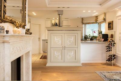 Bild klassisch, elegante Einrichtung mit bemaltem Geschirrschrank.