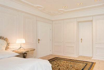 Bild Luxus-Schlafzimmereinrichtung mit Stuckkaturdecke.
