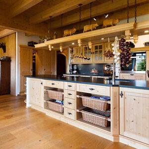 Abbildung einer Landhausküche im ländlichen Design von atelier Adi Sachs